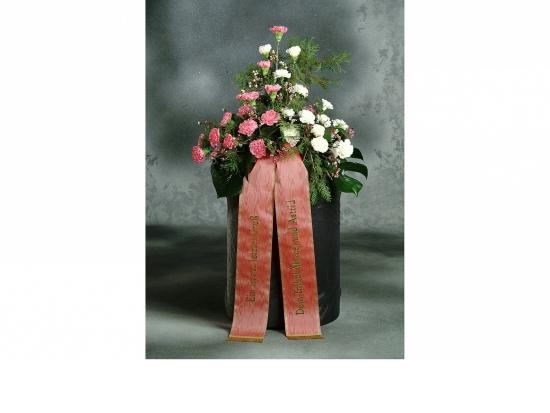 Gebinde mit rosafarbenen u. weißen Nelken