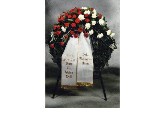 Kranz mit roten Rosen u. weißen Nelken