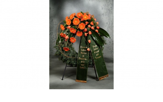 Kranz mit orange Gerbera u. orange Rosen