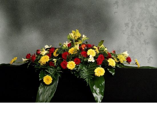 Sargschmuck mit Rosen, Gerbera u. Fresien