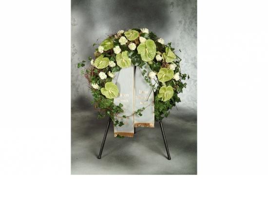 Kranz mit  grünen Anthurien u. weißen Rosen